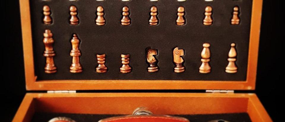 Jogo Xadrez em madeira + Cantil em couro