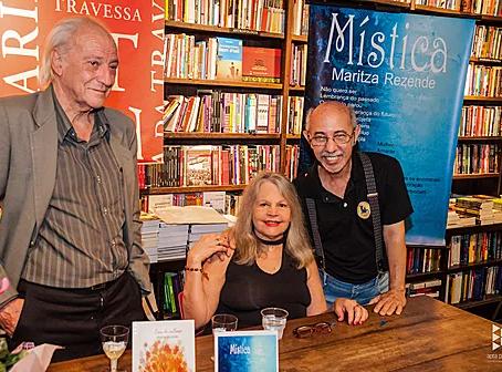 Noite de autógrafos dos livros de Maritza Rezende na Livraria da Travessa deIpanema.