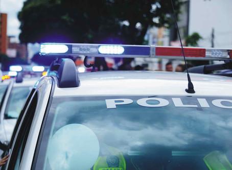 Hombre ignora la orden de un oficial de detener su vehículo.