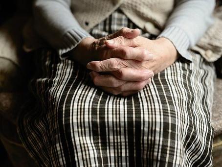 Empleado de geriátrico le roba a una mujer allí internada