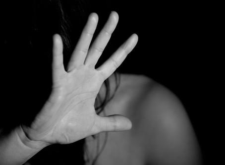 Una mujer encubre a su pareja de haber abusado de su hija.
