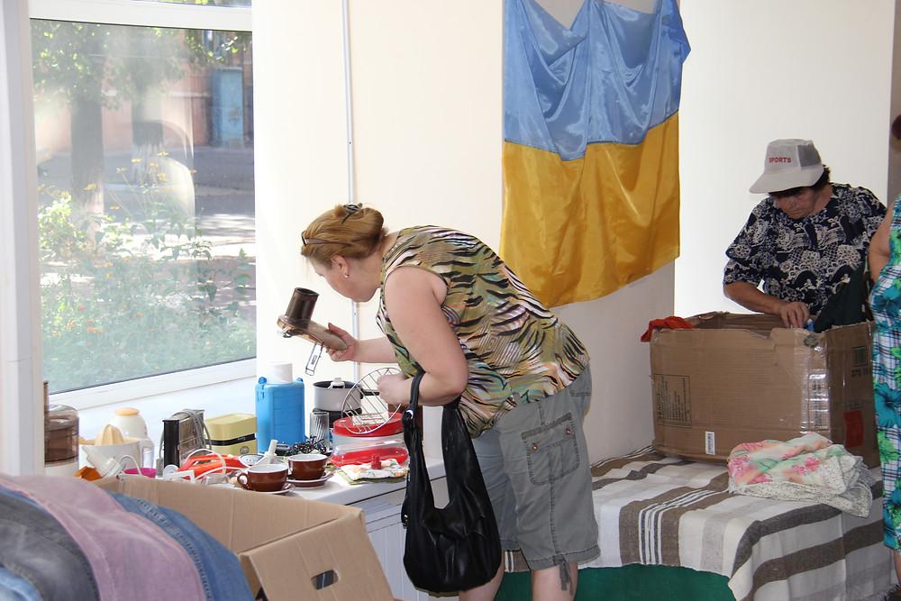 Vaisselle et petit électroménager sont très appréciés dans ce centre qui distribue du matériel aux réfugiés