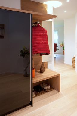 Neue Ankleide aus Holz im Hauseingang