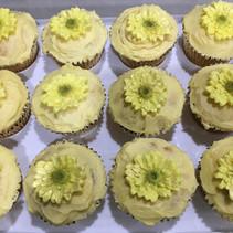 Cupcakes with fondant daisy