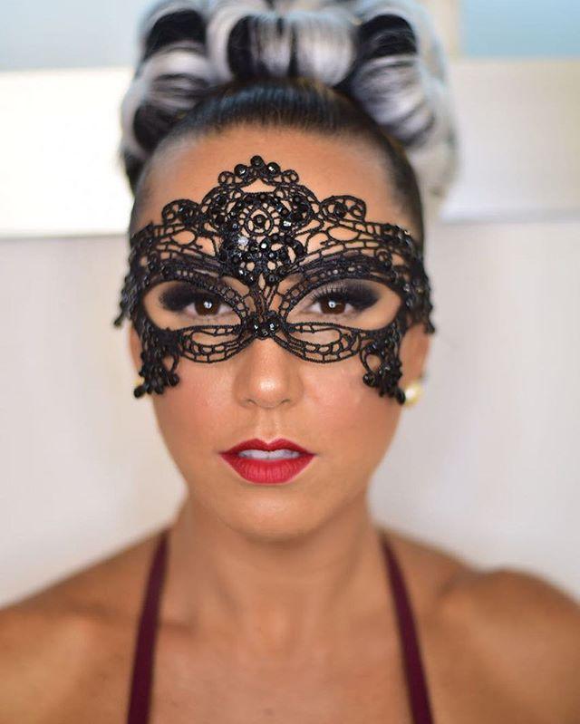 A máscara traz um mistério, não é mesmo_! _alebrandini 🎭_._