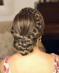Coque torcido + trança = 💕 #penteadostissi #madrinhasdecasamento #penteadosx #penteadodecasamento