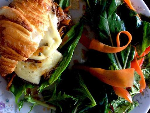 Sanduche de Berenjenas con canela queso paipa y pesto Kotahi