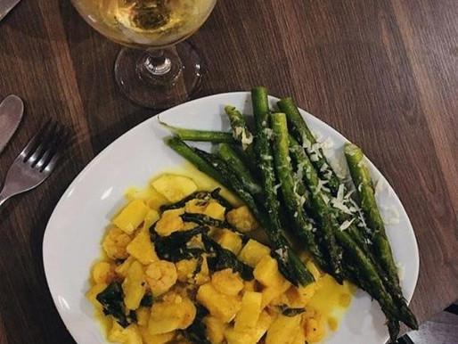 Curry de camarones, vegetales y piña