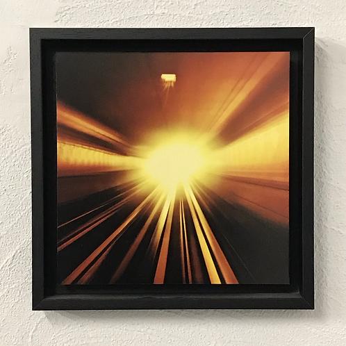 Une lueur au bout du tunnel - photo encadrée en caisse américaine noire