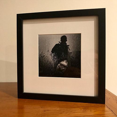 Auto portrait dans la flaque d'eau : photographie encadrée avec passe partout