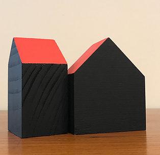 Maison bois noire toit rouge