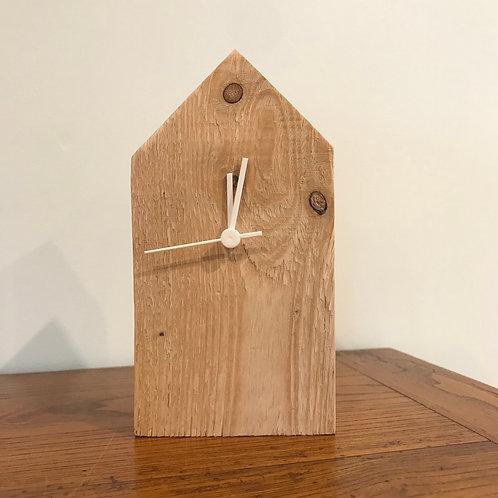 Maison bois recyclé et son horloge