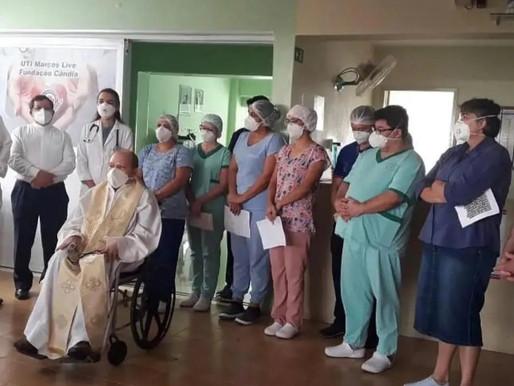 ARARIPINA: após 110 dias lutando contra covid-19, padre José Barros recebe alta, de volta pra casa