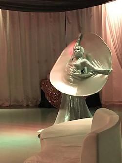 Cirque live Statue Silver Diva