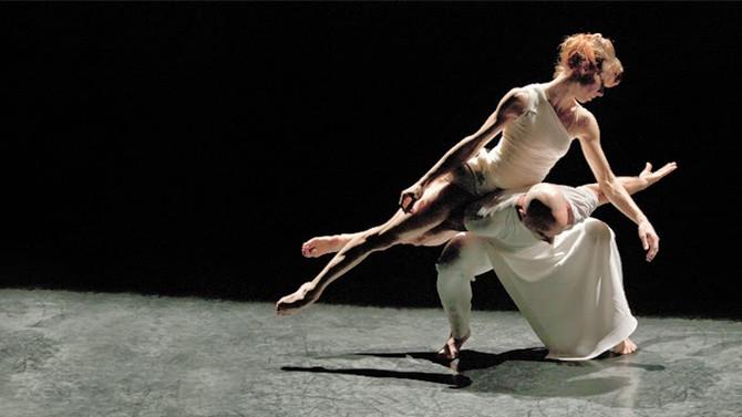 La danza classica e contemporanea viaggiano insieme.