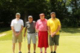 ゴルフを楽しむ高齢紳士