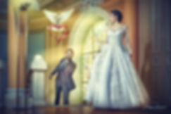 Marié lâche une colombe pour la mariée dans sa superbe robe de mariage