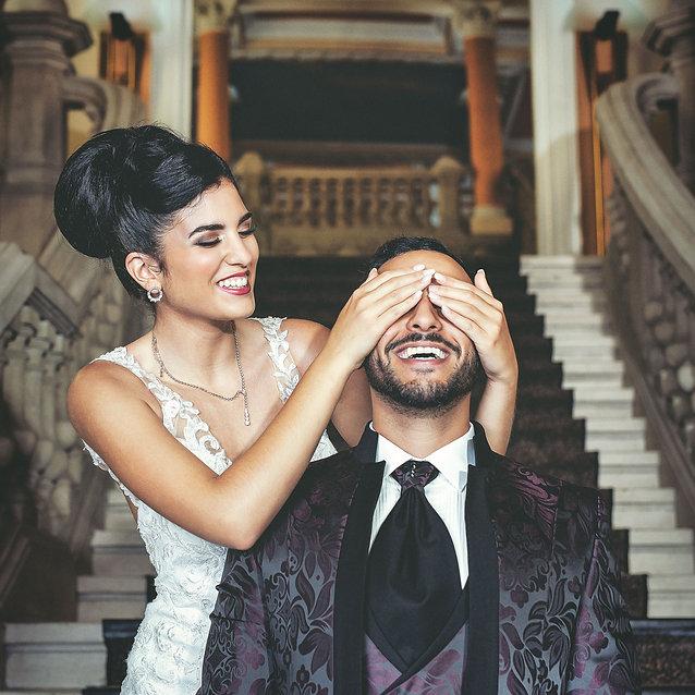 mariée cache les yeux du marié