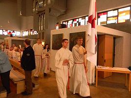 Ministrieren in St.Josef - Ministranten mit Fahne beim Ausszug