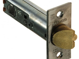 What's the difference between a Deadbolt and a Deadlatch