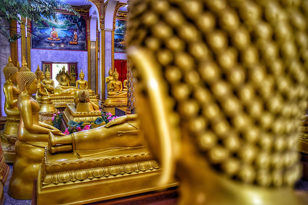 Inside view from What Chalong temple with one hundred images of Buddha (they aren't made of gold) - Photo: Leve de Viagem