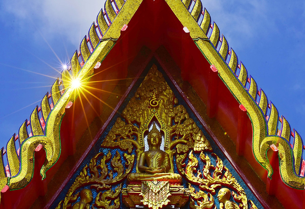Buddah and the reflects of the sun in a meditation house, at What Chalong, Phuket city, Thailand - Photo: Leve de Viagem