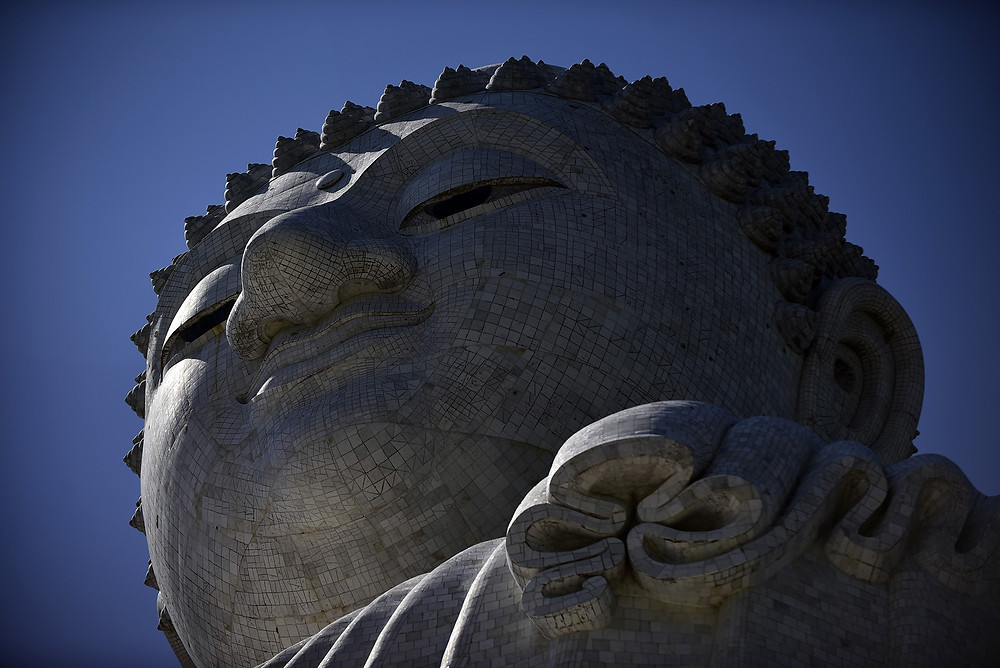 Detail of the head of the Big Buddha under the solar eclipse light, at Phuket, Thailand - Photo: Leve de Viagem