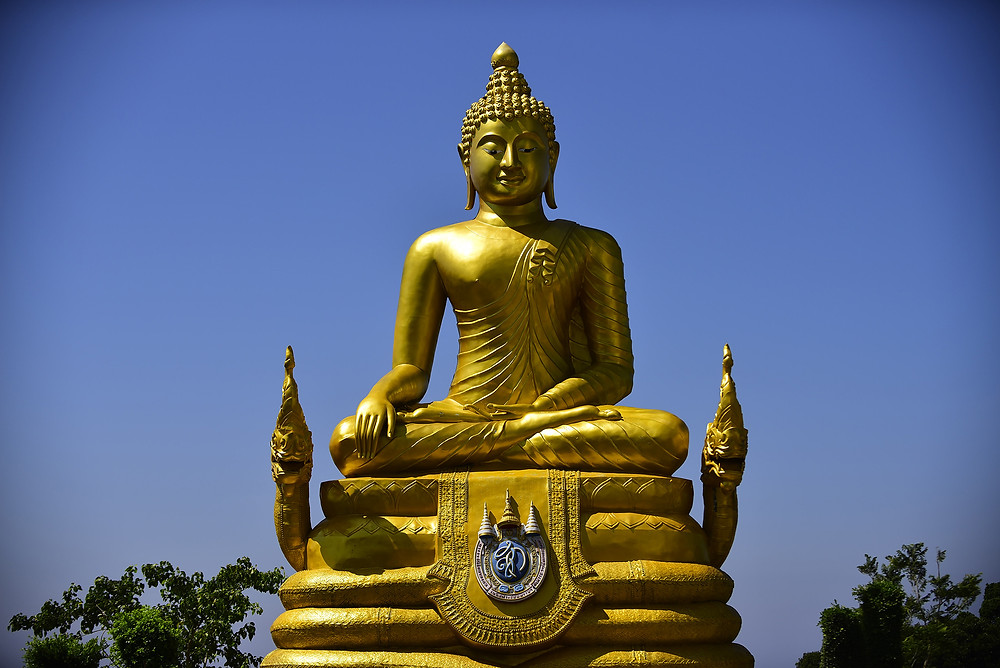 A nice and golden statue of Buddha is located behind of the Big Buddha - Photo: Leve de Viagem