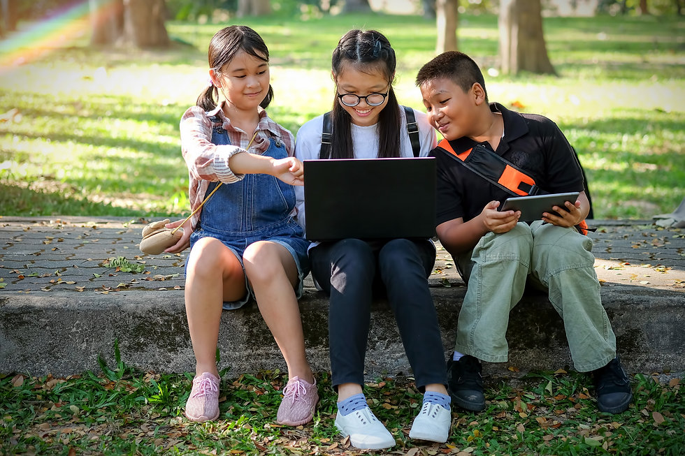 asian-children-are-playing-laptop-comput