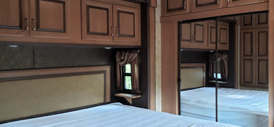 12 Cottage Chambre Lit Garde Robe.jpg