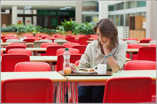 Manger seul augmente le poids