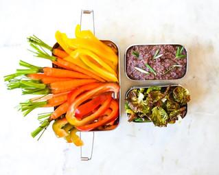 Νόστιμο Σνακ: Φέτες Crudités με Πάστα Ελιάς για Dip & Chips Λαχανάκια Βρυξελλών