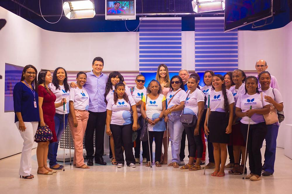 Beneficiadas do projeto com apresentadores e colaboradores da TV Clube
