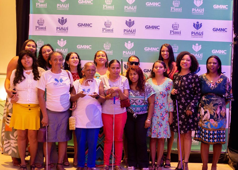 Mulheres de Visão pousando para foto com o troféu do Prêmio Piauí de Inclusão Social