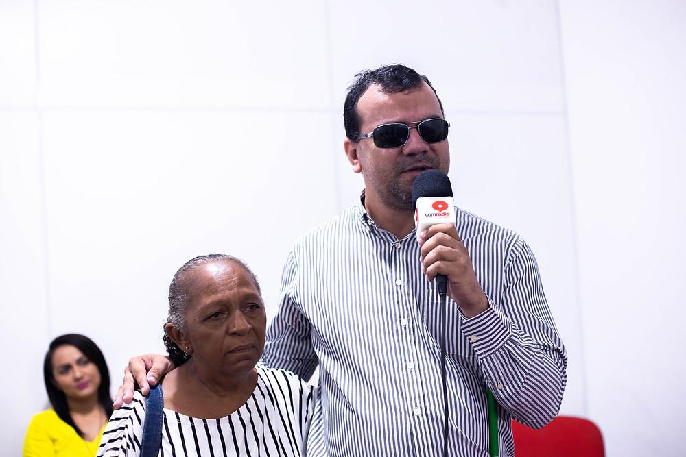 Presidente da Associação dos Cegos do Estado do Piauí (Acep), Adailton Fonseca e a beneficiada do projeto Helena.