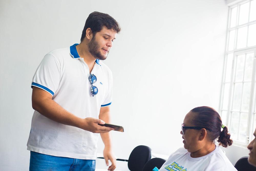 O jornalista do Sistema Meio Norte entrevistando uma das participantes.