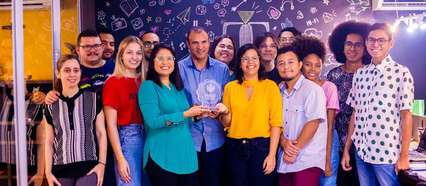 Coordenador do projeto visita empresa de Comunicação com o prêmio Piauí de Inclusão Social