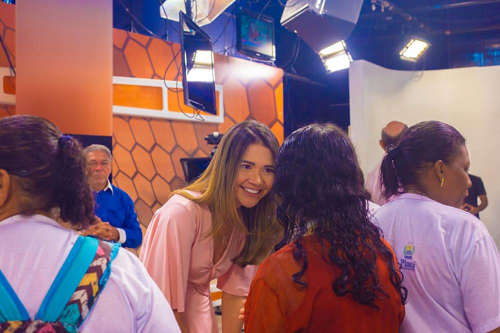 Marcela Priscilla conversando com uma das beneficiadas do projeto
