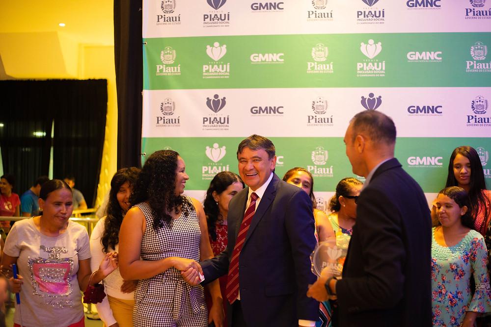 Governador do Estado Wellington Dias, parabenizando as beneficiadas do Projeto Mulheres de Visão