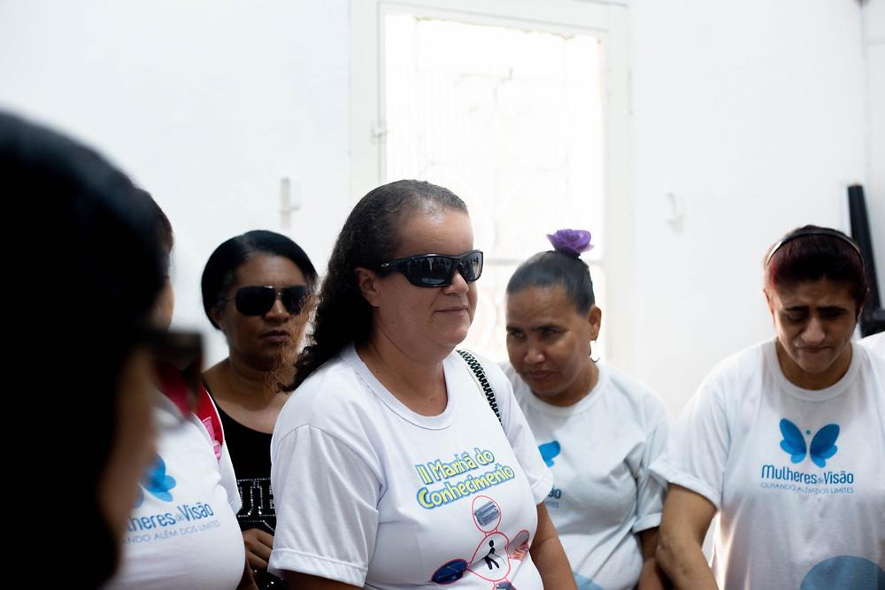 Fotografia com um grupo de mulheres cegas no estúdio de Rádio.