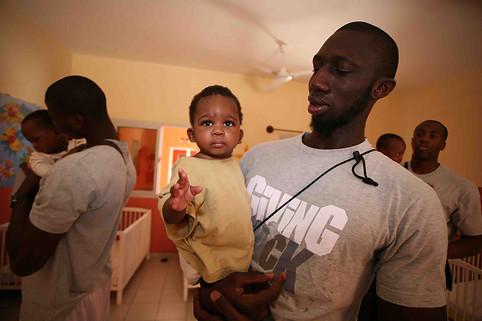 Athlètes professionnels dans une pouponnière au Mali