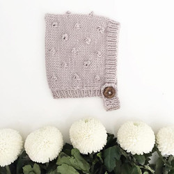 The softest merino, gorgeous gender neutral colour, two button holes for a perfect fit, bobble detai