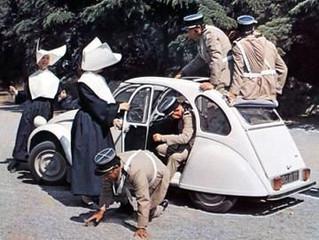 Citroën 2CV jarig! De Non in Le Gendarme weet er wel raad mee.