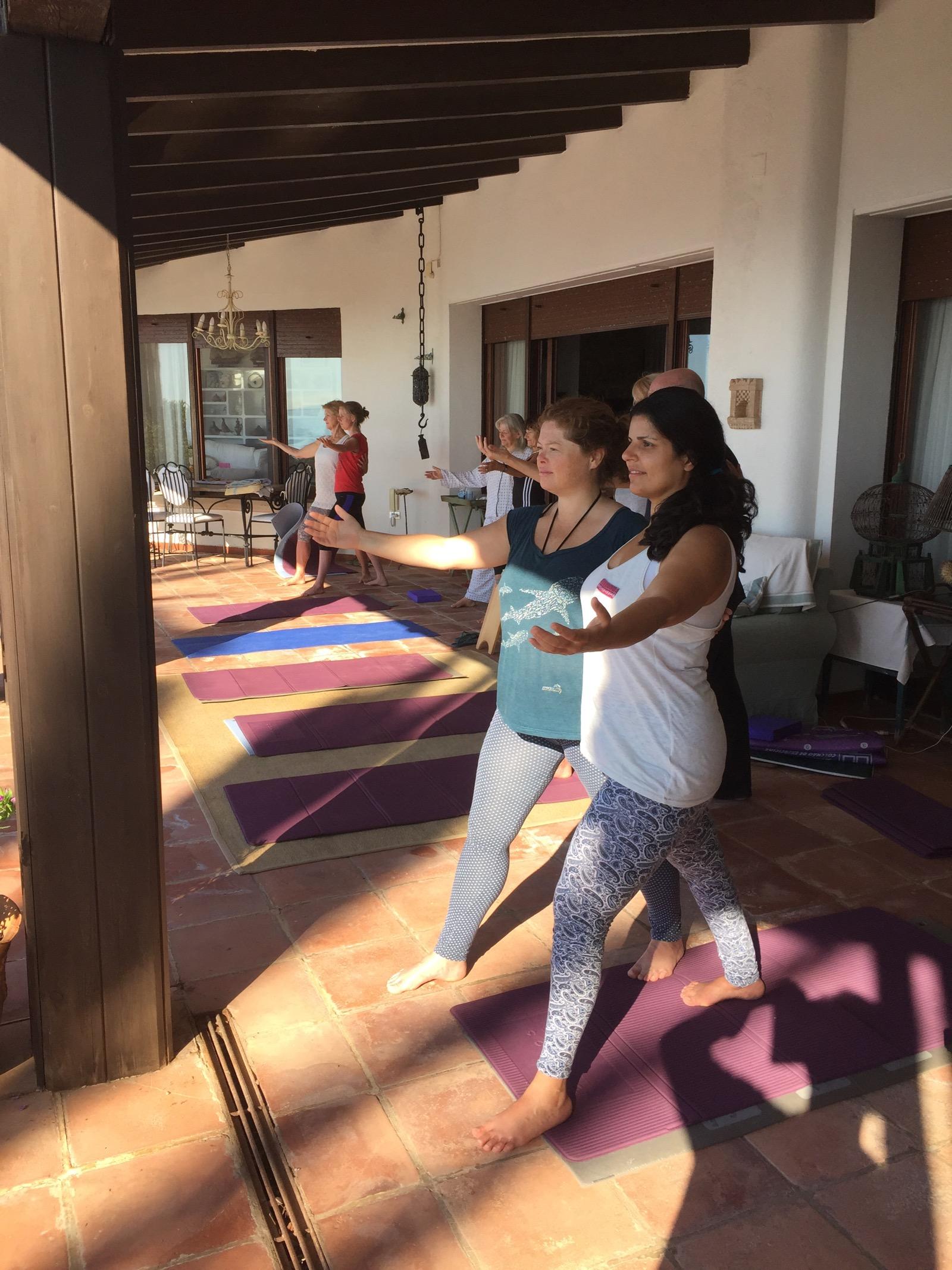 Partner yoga giving