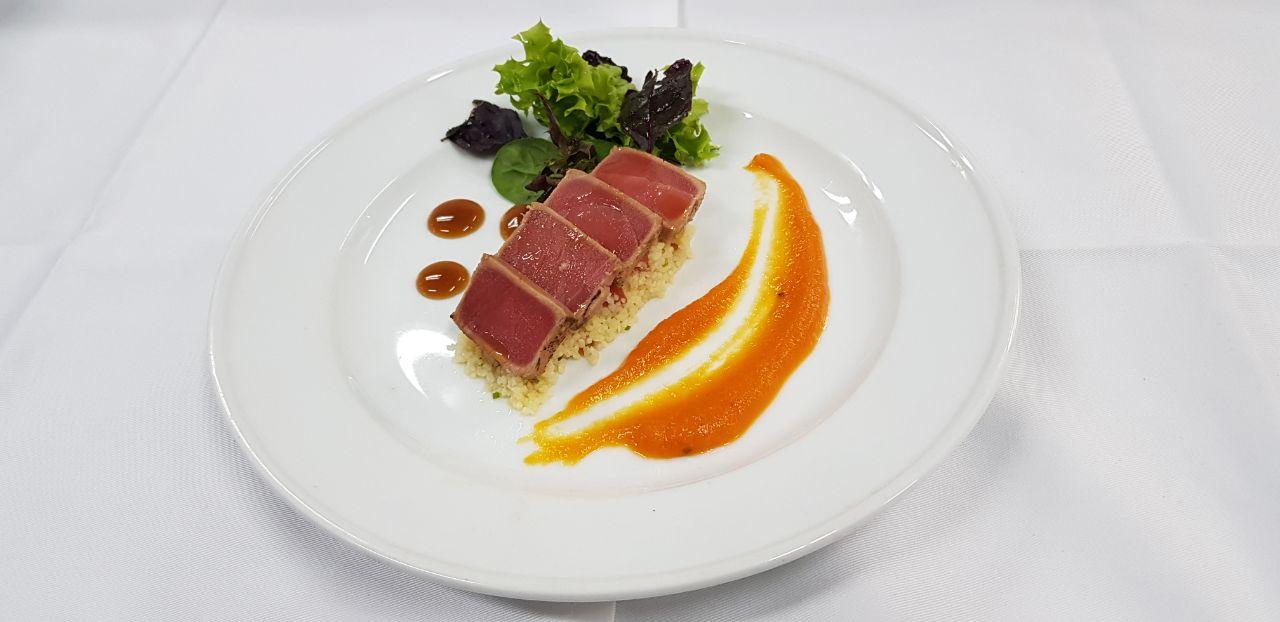 Tataki_de_atún,_sobre_pebre_de_quinoa,_crema_de_naranja_al_jengibre_y_gel_de_yusu