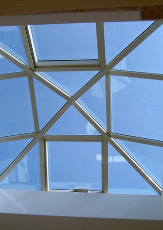 פירמידת סקיילייט עם 2 חלונות נפתחים חשמליים