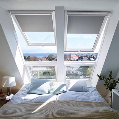 2 חלונות גג ציר כפול עם חלונות קבועים
