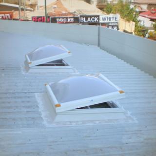 כיפת תאורה על גג פאנל עם מערכת לשחרור עשן