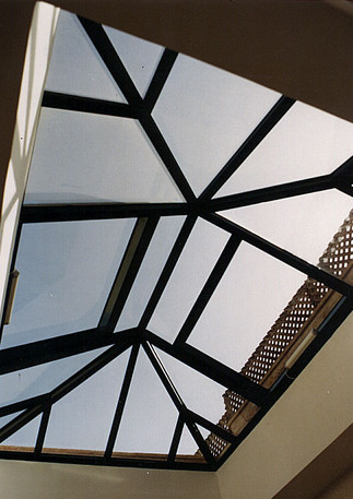 פירמידת סקיילייט עם חלונות נפתחים