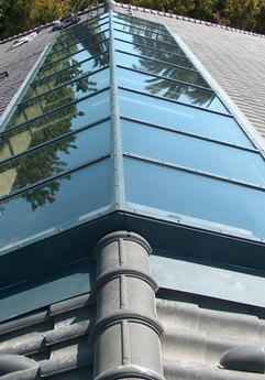 סקיילייט דו שיפועי קבוע על גג רעפים